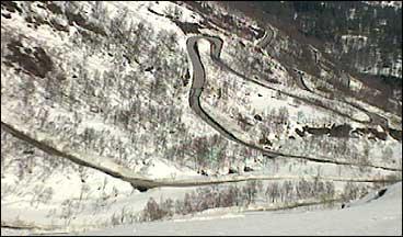 Gaularfjellsvegen sto ferdig 100 år etter at kravet om den vart fremja i fylkestinget. (Foto: D.H.K. Andersen, NRK)