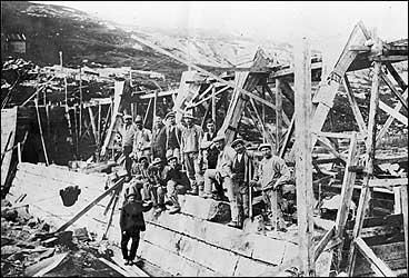 Arbeidslag under bygginga av Vadheim Electrochemiske Fabrikker. (Foto © Fylkesarkivet)