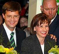 Kristeligdemokratenes leder Jan Peter Balkenende og hans kone Bianca Hoogendijk kan smile etter at valgresultatet i Nederland ble klart. (Foto: Scanpix/AP)