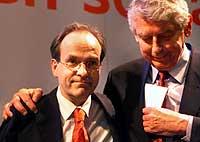Avtroppende statsminister Wim Kok gir et trøstende skulderklapp til partifellen Ad Melkert etter at Arbeiderpartiet ble nesten halvert ved valget onsdag. (Foto: AP/Scanpix/
