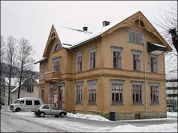 Gamlebanken i Førde - Førde Sparebank - bygt i 1902. (Foto: A. Nybø, NRK)