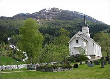 Holsen kyrkje vart bygd i 1861. (Foto: Arild Nybø, NRK)