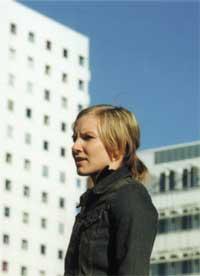 Stemmen til Anji (Anja Øyen Vister) svever som en hodepinetablett over Flunk-landskapet.