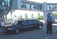 Dronningen ble vist inn i en ventende limousin da hun kom til flyplassen.