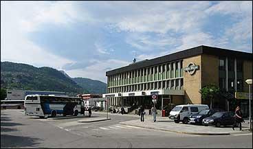 Rutebilstasjonen i Førde. Venterom og hovudkontoret til billaget i bygget til høgre. Bak til venstre ligg bussgarasjane. (Foto: Arild Nybø, NRK)