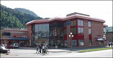 Handelshuset i Førde var lenge det største kjøpesenteret i Sogn og Fjordane. (Foto: Arild Nybø, NRK)