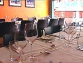 Rundt bordene i restauranten satt 100 gjester.