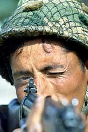 En indisk soldat sikter med geværet mot den indisk-pakistanske grensen. (Foto: Scanpix/Reuters/Arko Datta)