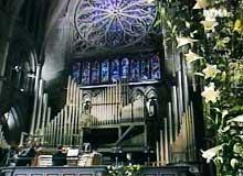 Kirken var pyntet med märthaliljer. (Foto: NRK)
