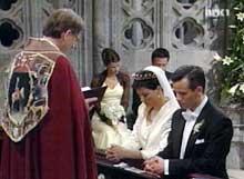 Biskop Wagle velsigner brudeparet. (Foto: NRK)