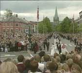 45 000 var møtt fram for å hylle brudeparet.