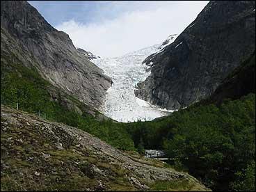 Briksdalsbreen har på ny rykt framover med fleire hundre meter på få år, slik som i den vesle istida. I 2002 dekkjer breen heile Briksdalsvatnet. (Foto: Arild Nybø, NRK)