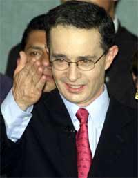 Høyrekandidaten Alvaro Uribe feirer seieren overover Horacio Serpia fra Det Liberale parti. Uribe fikk 53 prosent av stemmene. (Foto: Jose Miguel Gomez, Reuters)