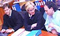 Advokatene John Chr Elden og Karen Forbrigd sammen med Gamal Hosein i retten i Skien.
