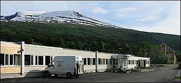 Fabrikken flytta inn i industrihuset i 1971. (Foto: Arild Nybø, NRK)