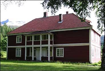 Den nye prestegardsbygningen var eit hus som vart flytta frå Gloppen til Langvin i 1793. (Foto: Arild Nybø, NRK)