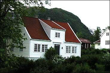 Lind-huset står på lensmannsgarden på Ålhus. (Foto: Arild Nybø, NRK)
