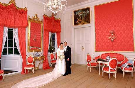 """Slik ser det som presenteres som """"det offisielle"""" bryllupsbildet ut - et heller trist stykke fotograf-arbeid, men tross alt bedre enn bildet ovenfor. (Foto: ScanPix/Fame Fotograf Schrøder/Tor Erik L. S. Dankworth)"""