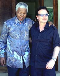 Bono fra U2, her på turné i Afrika - sammen med Nelson Mandela, har lenge talt den tredje verdens sak. Foto: REUTERS / Juda Ngwenya.