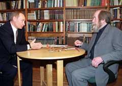 Vladimir Putin passer på å bli fotografert når han er hos den berømte forfatteren. (Foto: Scanpix/Reuters/Itar-Tass)