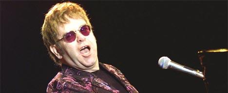 Elton John spiller i Benidorm 22. mai 2002 (foto: REUTERS / Heino Kalis).