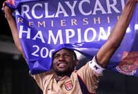 Patrick Vieira feier seriegull for Arsenal.