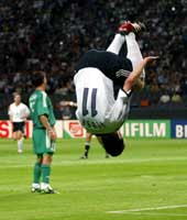 Miroslav Klose tar salto etter ett av sine fire mål i kampen mot Saudi-Arabia under VM.