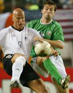 Tyske Carsten Jancker og irske Garry Breen kjemper om ballen (Foto: Reuters)