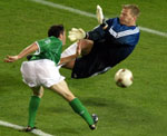 Keane setter ballen forbi en ellers glimrende Kahn (Foto: Reuters)