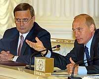 Russlands statsminister Mikhail Kasjanov (venstre) og president Vladimir Putin under et møte med russiske industrimenn i Moskva 23. mai 2002. (Foto: AP/Mikhail Metzel)