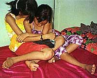 Vietnamesiske småjenter på 8 og 10 år på verdens verste pedofili-bordell i Svay Pak i Phnom Penh. Bildet er tatt i mars 2002. (Foto: Scanpix/Reuters)