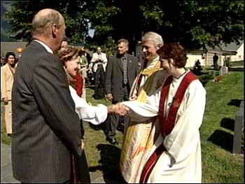 Konge og dronninga møtte biskop Ole D Hagesæter og sokneprest Åse Kristin Nøkling Aagaard. (Alle foto: Ragnvald Søgnesand, NRK)