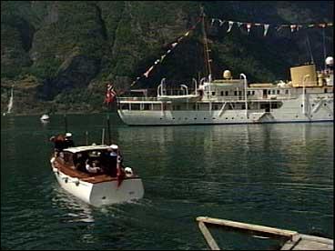 Kongeskipet ligg klar og ventar for avreise til Årdal.