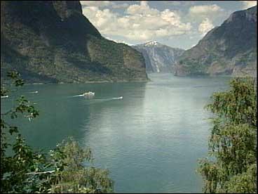 Det var eit fantastisk skue då kongeskipet og småbåtane glei ut fjorden frå Aurland.
