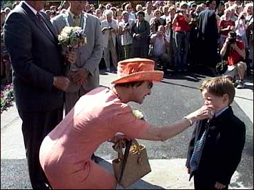 Mathias Hansen får klapp på kinnet av dronninga. Eit minne for livet?