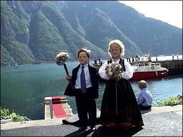 Kjem dei ikkje snart? Sunniva Øvstetun og Mathias Hansen ventar og ventar.(Alle foto: Arve Uglum, NRK)