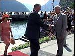 Ordførar Oddbjørn Einan møter kongeparet.