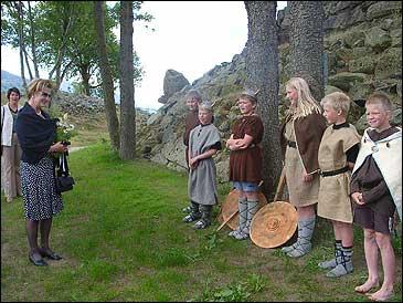 Dronning Sonja møter borna frå Vangsnes skule. Dei framførte Fridtjov-spelet ved statuen.