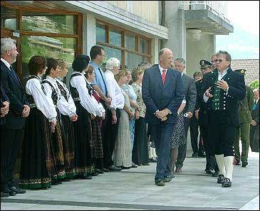 Kong Harald fekk inngåande kjennskap til ystinga av gamalosten. Her er det meieristyrar John Inge Sørland som er guide.