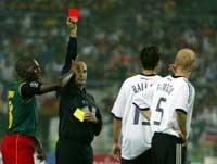 Dommer Antonio Lopez Nieto gir rødt kort til Carsten Ramelow etter 40 minutter. Foto: Mark Baker/reuters