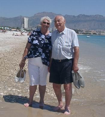 Else og Ivar på stranda i Albir