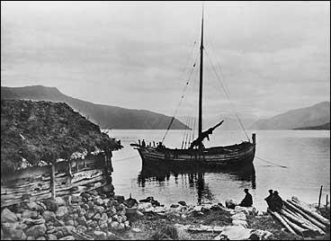Seglbåt oppankra ved eit naust i Balestrand. (Foto © Fylkesarkivet)