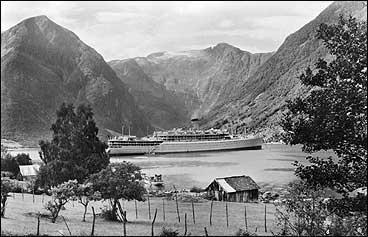 Etter starten i 1872 har turistskipa vore fast innslag i Sognefjorden utanfor Balestrand. Dette er S/S