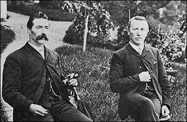 Knut og Ole Kvikne i hotellhagen i 1905. (Foto © Fylkesarkivet)