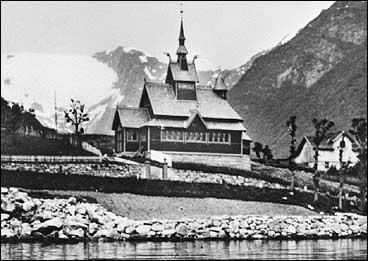 Engelskkyrkja i 1910 før det vart lagd ny veg. (Foto © Fylkesarkivet)