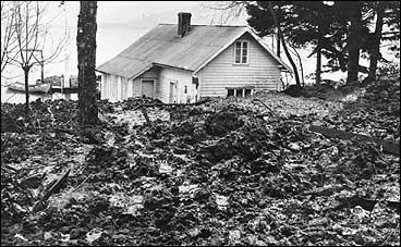 Skred på Skåsheim i 1928. Huset på biletet er butikken som Brita K. Skåsheim dreiv. (Foto © Fylkesarkivet)
