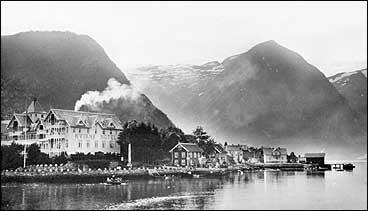 Balholm og Kvikne's hotell - kronjuvelen i norsk sveitsarstil. (Foto © Fylkesarkivet)