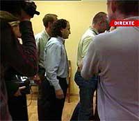 Gamal Hosein føres ut av rettslokalet etter domsavsigelsen. (Foto: NRK)