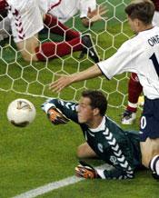 Sørensen er dansk landslags-keeper, og her slipper han inn mål mot England under sommerens VM.