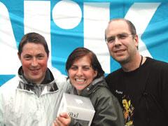 Tine Aagesen er en glad vinner av en iPod. Her mellom Christer Mykkestue fra Apple Norge og P1s musikksjef Per Ole Hagen. Foto: Arne Kristian Gansmo.